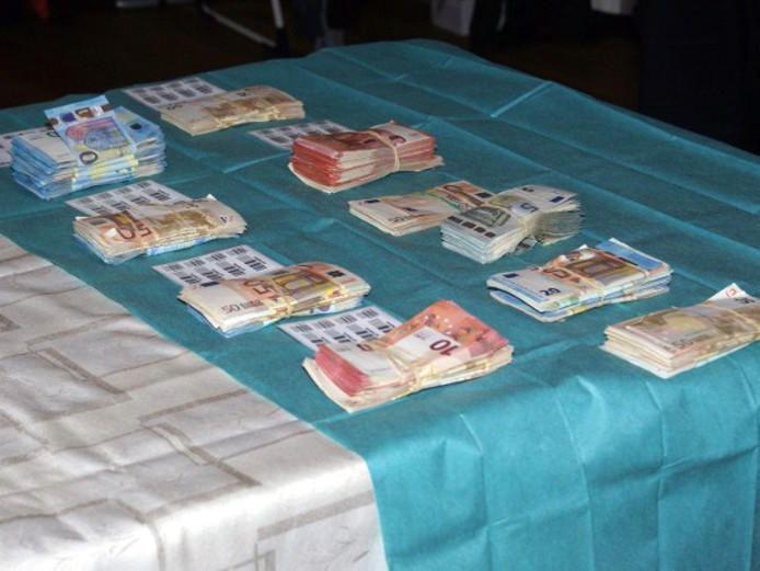 Er werden onder meer grote geldbedragen in beslag genomen bij de invallen.