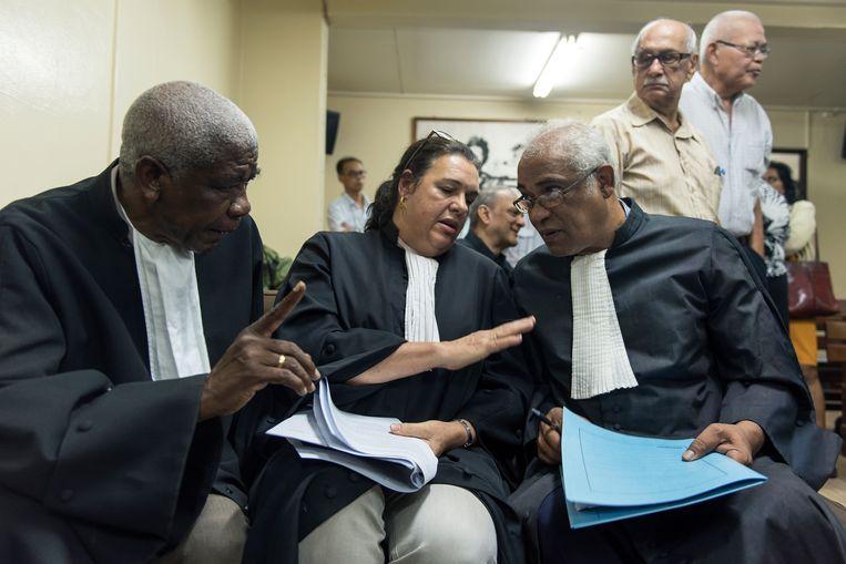 Advocaten Stanley Marica, Marja Vos en Hugo Essed, die de nabestaanden bijstaan, in de rechtszaal in Paramaribo. Beeld ANP