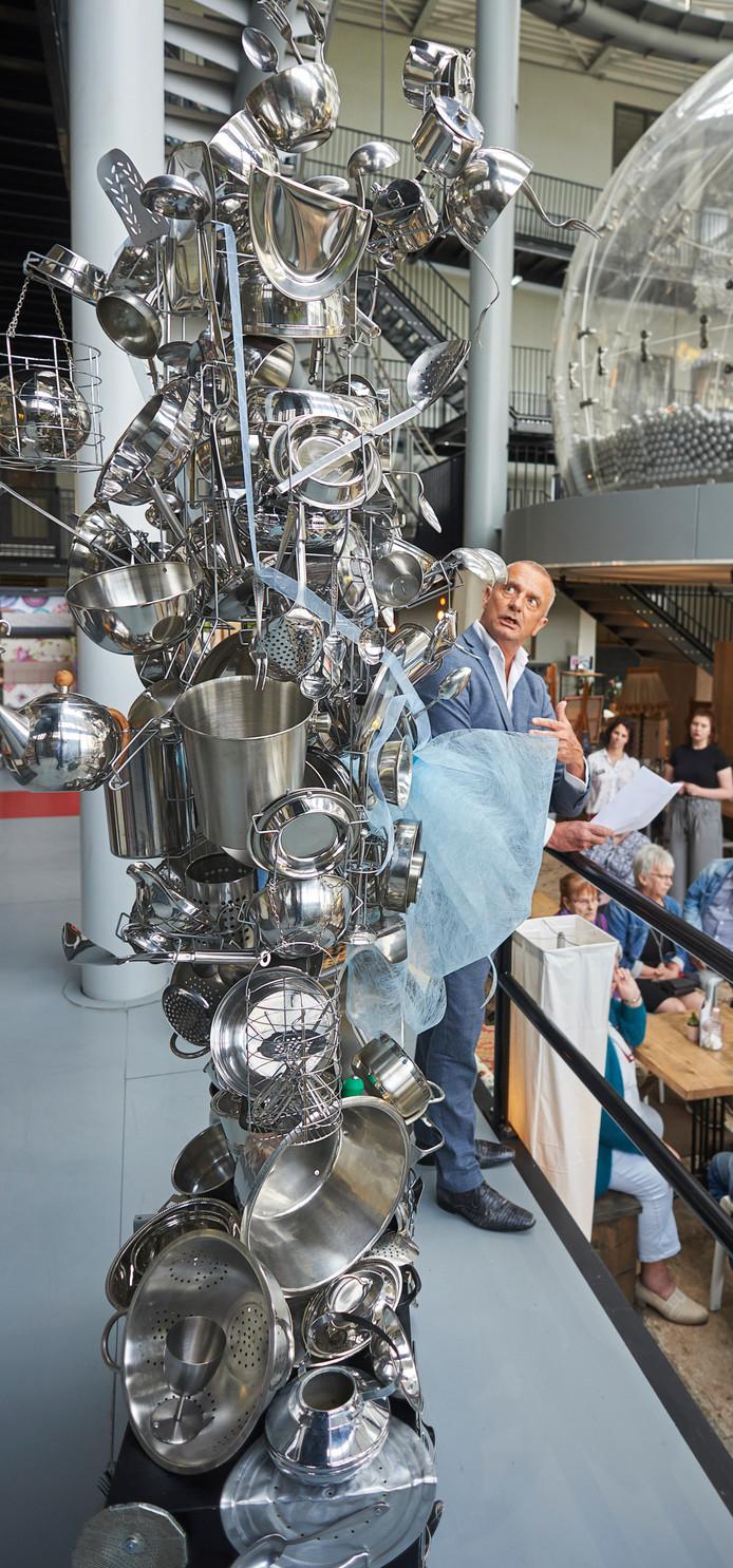 Het nieuwe kunstwerk vlak na de onthulling bij kookwinkel Tinks op de Noordkade in Veghel. Op de foto Jan van Hoof.
