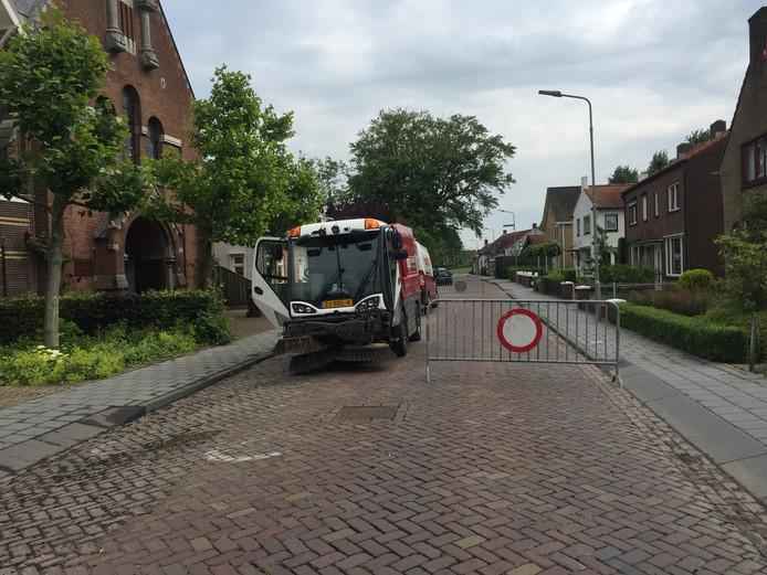 Een dag na de wateroverlast worden de straten in Yerseke schoongeveegd.