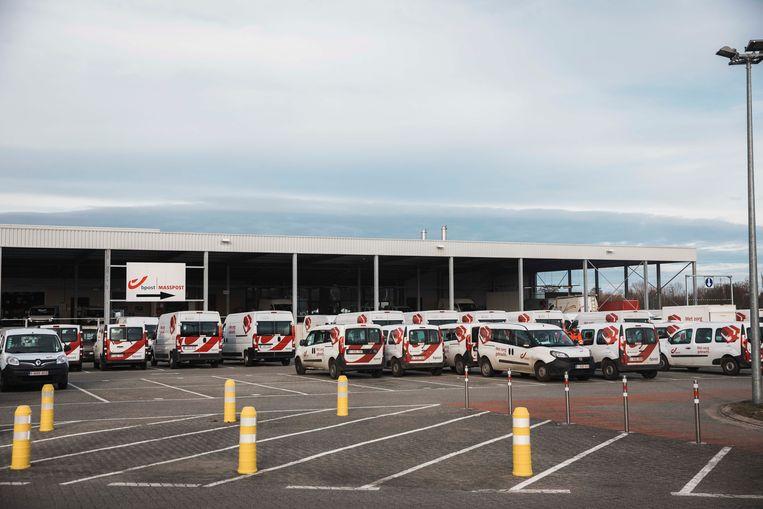De busjes van bpost Limburg bleven vandaag op stal.