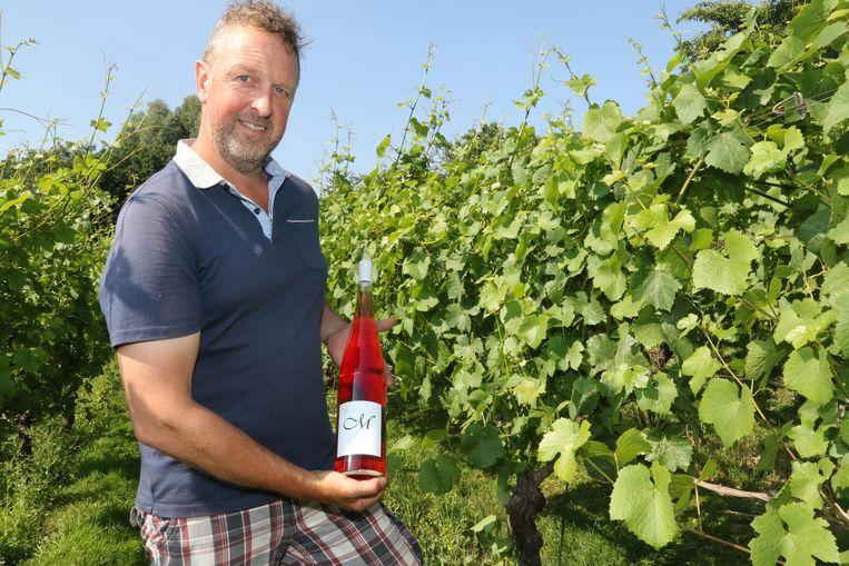 Wijnbouwer Edward Six met een magnumfles rosé.