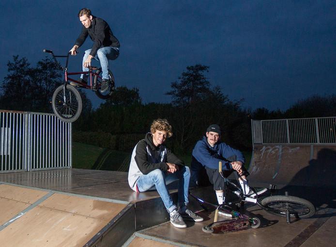 Deventer jongeren, onder wie Matthijs Rutten (rechts), op een van de kleinere baantjes die Deventer heeft in Colmschate.