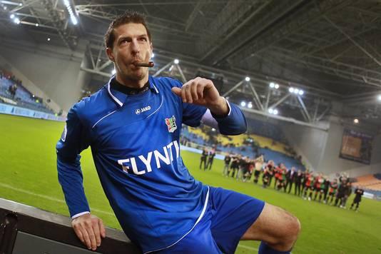 Gábor Babos steekt een dikke sigaar op na een zeldzame overwinning van NEC in Gelredome op Vitesse.