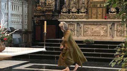 VIDEO. Mysterieuze vrouw danst elke zondagvoormiddag op blote voeten in Gentse Sint-Niklaaskerk