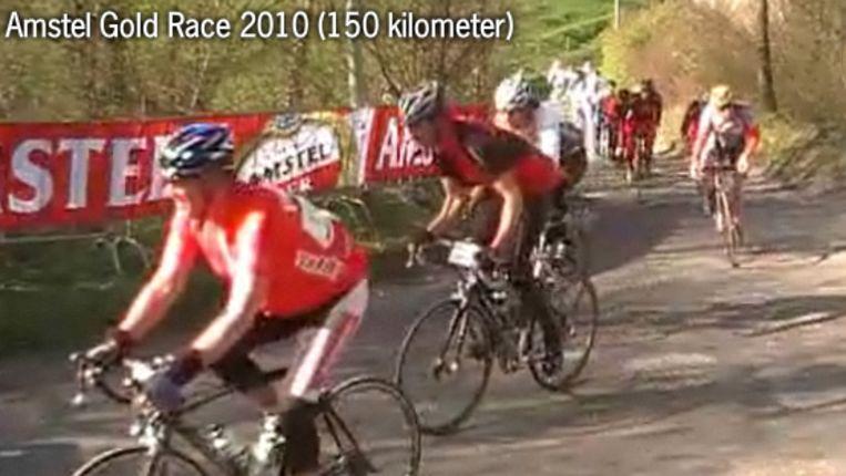In het midden uw dienaar. De foto is ietwat vaag, wegens de gigantische snelheid die werd ontwikkeld ;-) (Amstel Gold Race) Beeld