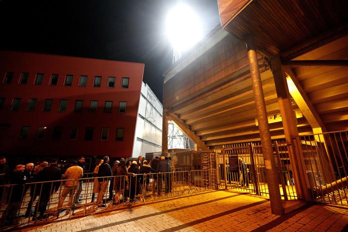 Lange rijen voor FC Den Bosch - Jong FC Utrecht door controle