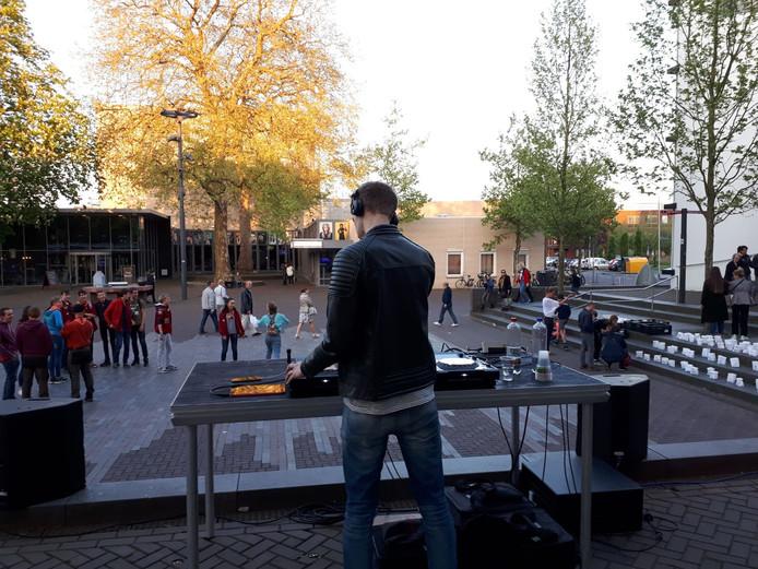 Dj Seaze zal het festival rond elf uur afsluiten met de Rooskleurig Eindshow op de Markt