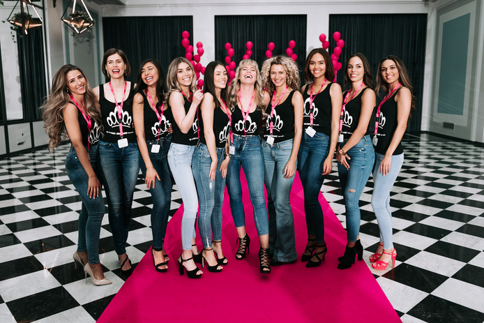 De tien meiden die een gooi doen naar de titel 'Miss Nederland'. De Hengelose Fabiënne Davelaar staat derde van rechts.