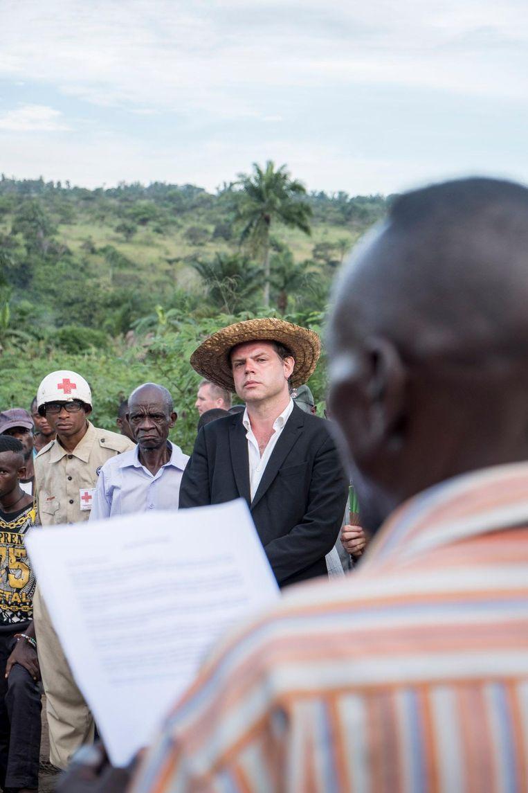Renzo Martens (met hoed). Beeld Léonard Pongo