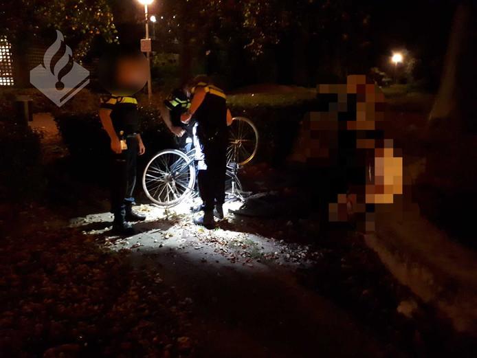 Mannen boden gestolen fietsen te koop aan in het Zomerpark in Tilburg.