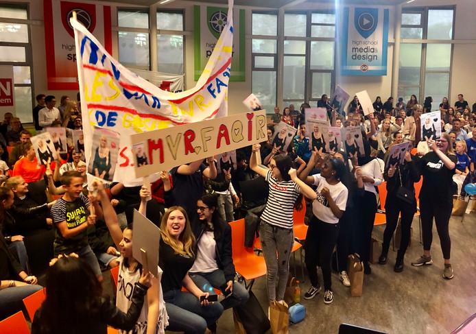 Met spandoeken moedigden de supporters de leraren en conciërges aan tijdens het BN DeStem Onderwijsgala.
