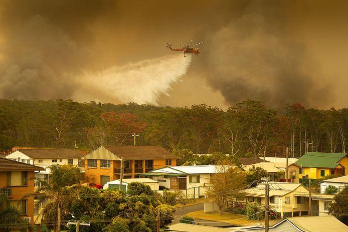 Er worden helikopters ingezet om de bosbranden te bestrijden.