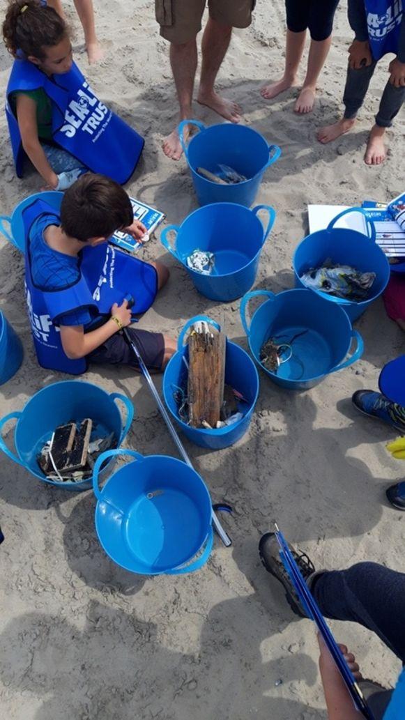 De leerlingen van De Vlindertuin ruimden een stukje van het strand in Blankenberge op.