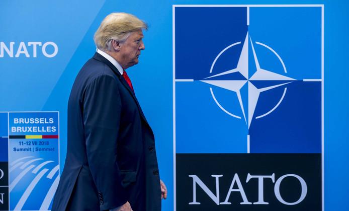 President van de Verenigde Staten Donald Trump wordt ontvangen door Secretaris Generaal van de  NATO Jens Stoltenberg voor de tweedaagse NAVO-bijeenkomst in Brussel.  De NAVO heeft als doel de vrijheid en veiligheid van haar lidstaten te garanderen met politieke en militaire middelen.