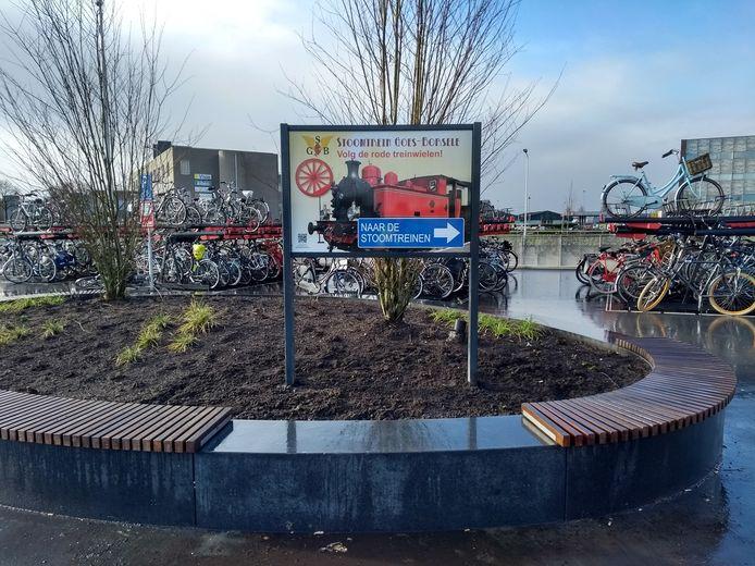Een groot verwijsbord op het Terwelleplein (het zuidelijke stationsplein)