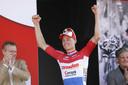 Een stralende Mathieu van der Poel op het podium na het winnen van de Amstel Gold Race.