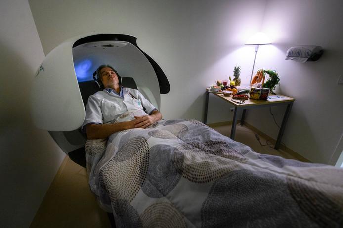 Bert Beishuizen in de nieuwe 'powernapstoel'