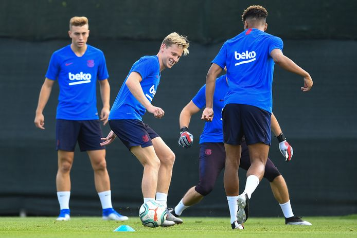 Frenkie de Jong tijdens zijn eerste trainingssessie bij Barcelona.