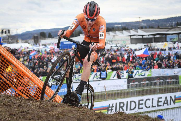 Pim Ronhaar, hier in actie tijdens een veldrit eerder dit jaar, heeft zaterdag de crosscountrytitel mountainbike bij de beloften behaald.