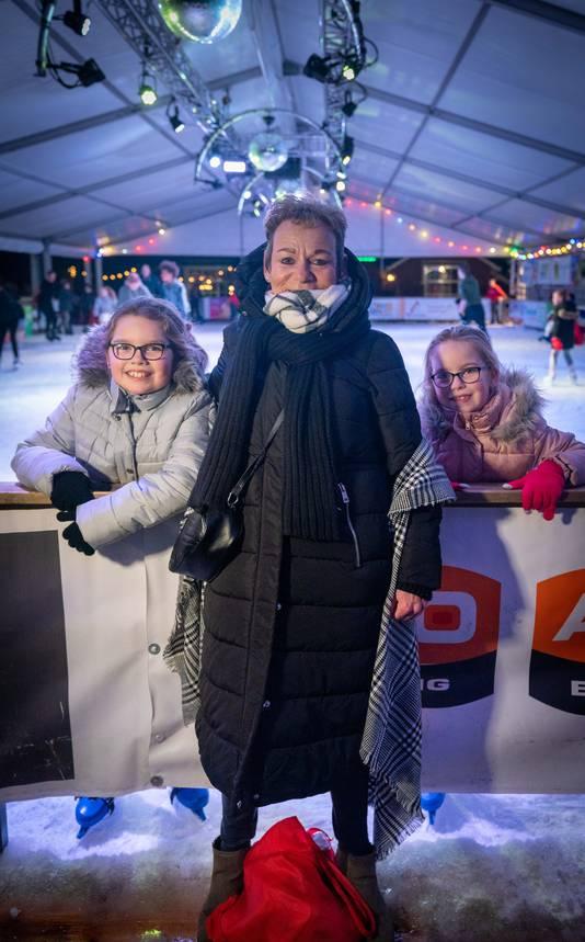 Ria Korthouwer met Kyra en Gwenn op de ijsbaan in Elst.