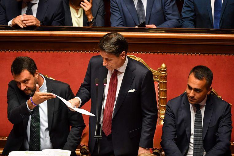 Giuseppe Conte (midden) geflankeerd door vicepremier Matteo Salvini (links) en  Luigi Di Maio (rechts).