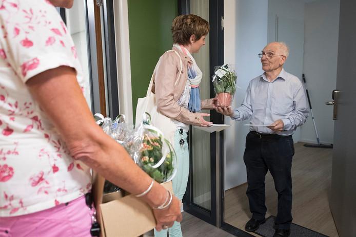 De 34 bewoners van Haarensteyn kregen een bosje bloemen.