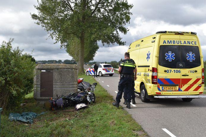 De bestuurder kwam met zijn motor ten val bij Bemmel en ramde een elektriciteitshuisje langs de weg.
