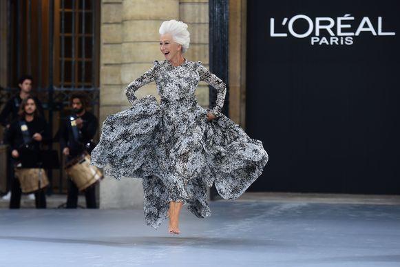 De Britse actrice Helen Mirren op de catwalk voor L'Oréal.