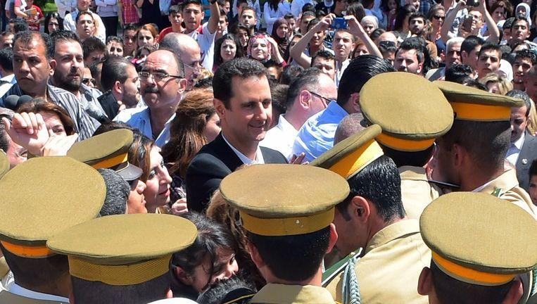 Bashar al-Assad tijdens zijn bezoek aan een school in Damascus vandaag. Beeld afp