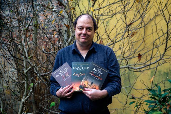 De prof zit in één jaar tijd al aan zijn derde publicatie.