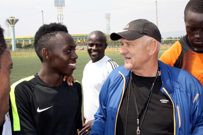 Tresor Shema links uit Uden in gesprek met APRcoach Ljupko Petrovic. Archiefbeeld uit 2014. Petrovic verwierf faam als trainer van Rode Ster Belgrado, waarmee hij in 1991 de toenmalige Europacup 1.