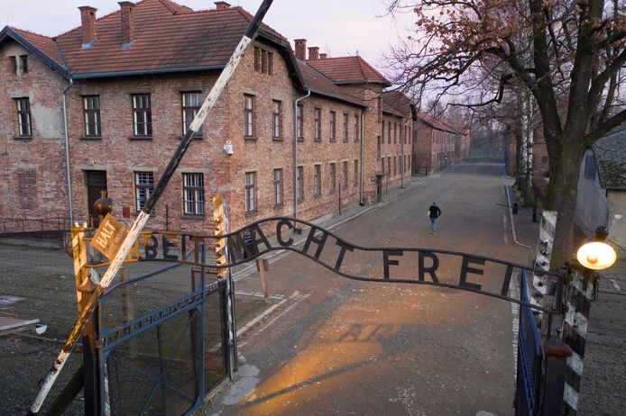 De poort met de tekst: 'Arbeid bevrijdt'