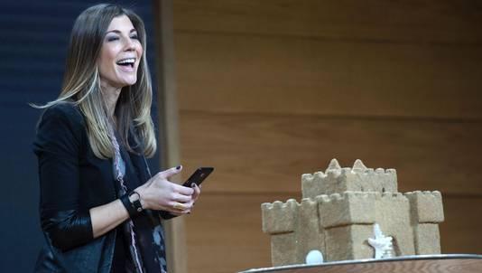 Megan Saunders van Microsoft filmt een zandkasteel om een 3D tekening ervan te creëren.