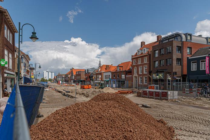 De werkzaamheden aan het haventracé in het centrum van Zevenbergen hebben hier en daar grote gevolgen voor de ondernemers. .