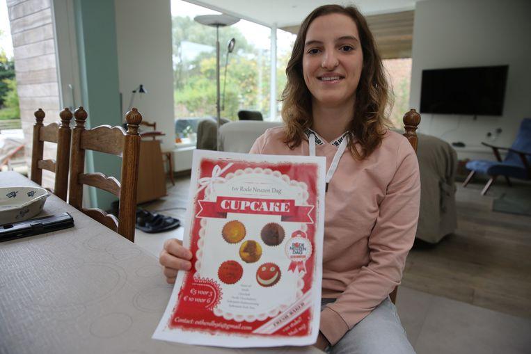 Esther De Bock verkoopt cupcakes ten voordele van Rode Neuzendag.