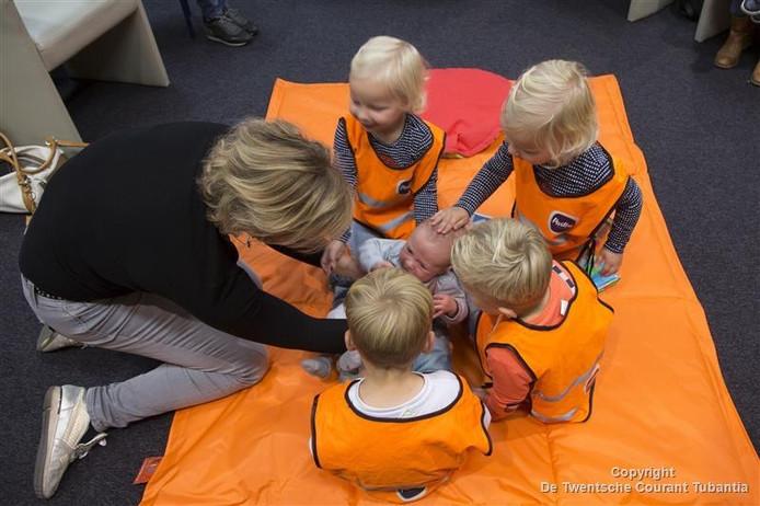 Kinderen inspecteren baby Ben.