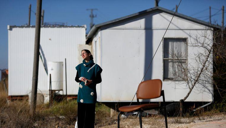 Een Israëlische vrouw bidt terwijl ze zich opmaakt voor vertrek uit de illegale buitenpost Amona. Beeld reuters