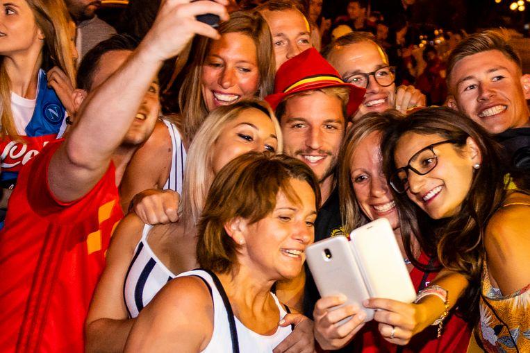 Dries Mertens wordt omringd door fans.