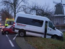 Automobilist botst op taxibusje in Nieuwleusen; weg afgesloten