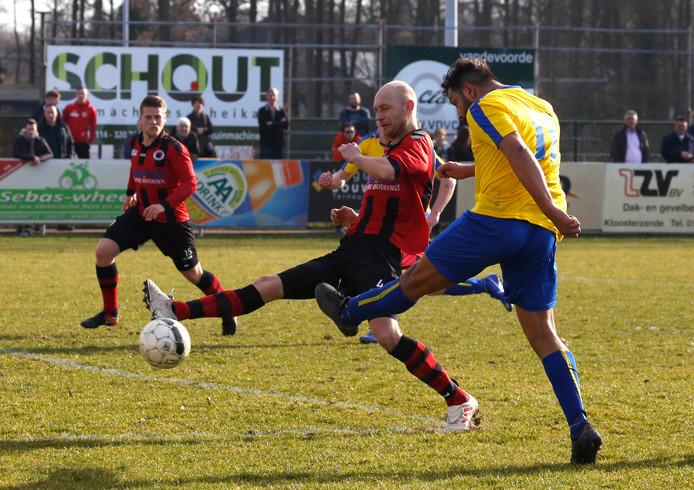 Terneuzen (rood-zwart) won eenvoudig, terwijl HVV'24 (geel) onderuit ging.