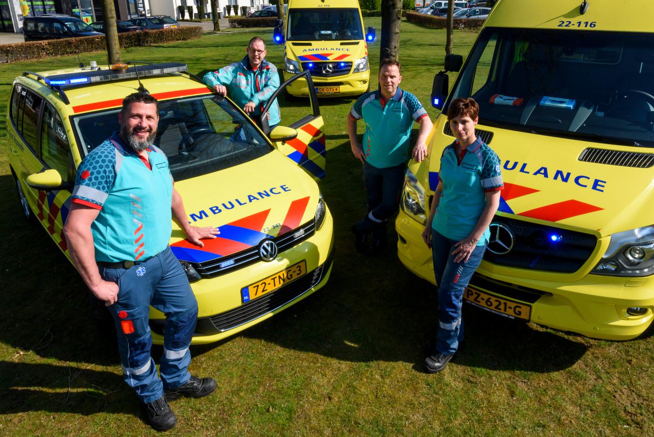 Het Eersels ambulanceteam bestaat naast Mariola Castelijns (rechts) en Jeroen van den Berg (tweede van links) uit Martijn Gerritsen (links) en Hans de Koot.