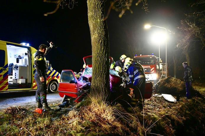 Een bestuurder raakte gewond op de Peedijk in Borkel en Schaft nadat hij tegen een boom botste.