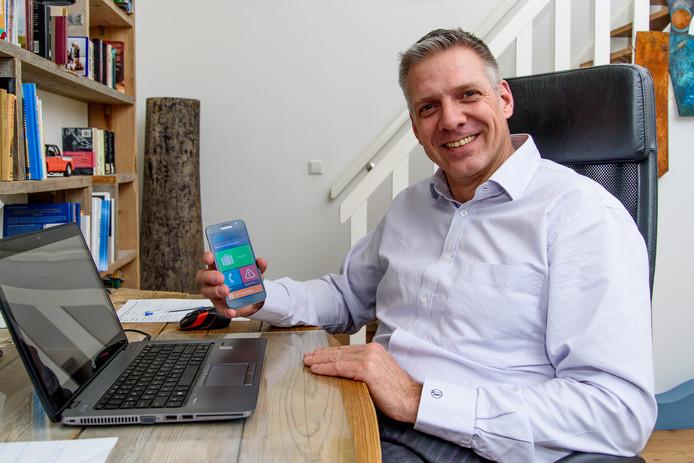 Ontwikkelaar Lars Nieuwenhoff toont de app op zijn telefoon.
