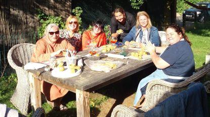 Vriendinnen maken peper- en zoutpotjes en steunen zo Wim Slosse van restaurant Peper en Zout na verwoestende brand