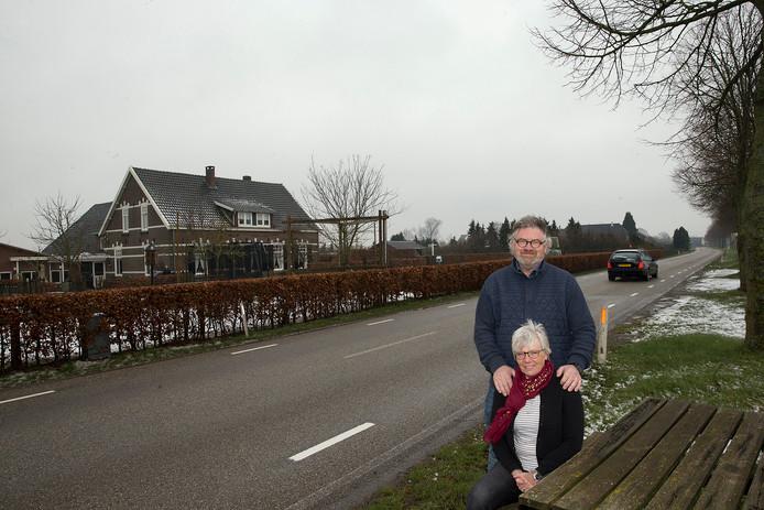Titus en Lucie Aaldering met links hun woning en bedrijf. Foto Theo Kock