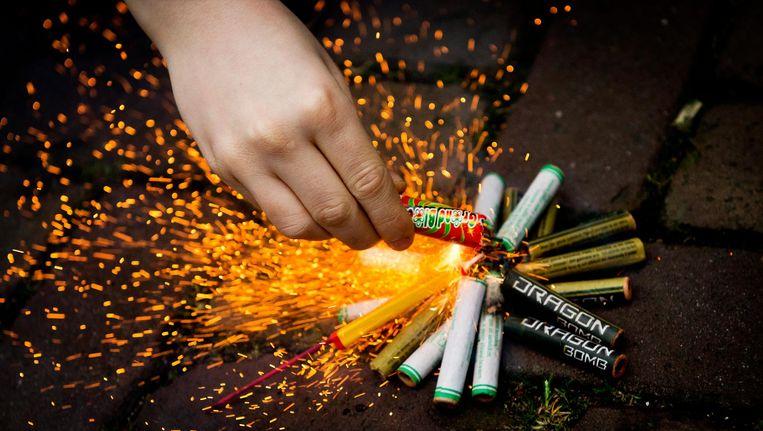 Een jongen steekt vuurwerk aan Beeld anp