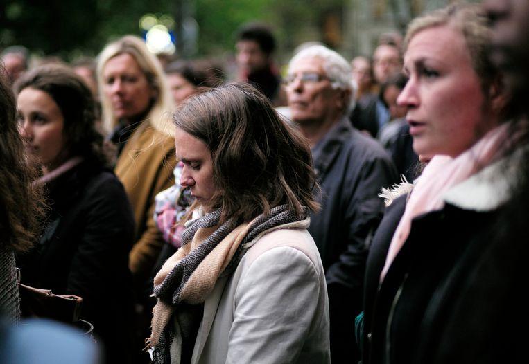Dinsdagmiddag verzamelden mensen zich voor de Saint Sulpice voor een wake. Beeld AP