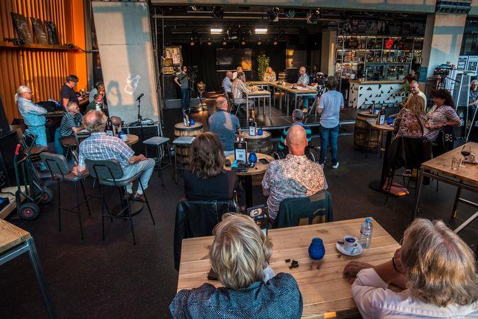 Slechts 25 bezoekers waren vanwege de coronamaatregelen toegestaan tijdens het politiek café Hengeloos Peil.