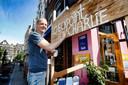 Ronja van café De Zaak bij zijn incheckbalie een uur voor de opening. Checkpoint Charlie als kwinkslag voor de plek waar hij klanten moet vragen hoe het met hun gezondheid is gesteld.